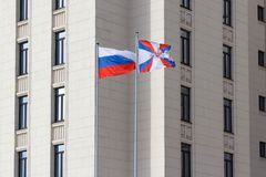 Moskau, Russland - 25. März 2018: Wellenartig bewegende Flaggen auf Fahnenmasten im Gebiet des Verteidigungsministeriums der Russ Lizenzfreies Stockbild