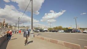 MOSKAU, RUSSLAND - 19. MAI 2017: Ansicht des Kremls von Brücke Bolshoy Moskvoretsky in Moskau stock footage