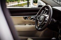 MOSKAU, RUSSLAND - 3. Mai 2017 CROSS COUNTRY VOLVOS V90, Innenansicht Test von neuem Cross Country Volvos V90 Dieses Auto ist AWD Stockbild