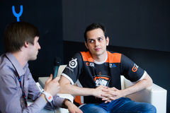 MOSKAU, RUSSLAND - 14. MAI 2016: Cybersport EPIZENTRUM-MOSKAUS Dota 2 Ereignis Team Virtus Pro God-Interview Stockfoto