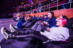 MOSKAU, RUSSLAND - 14. MAI 2016: Cybersport EPIZENTRUM-MOSKAUS Dota 2 Ereignis Turnierzuschauer, die auf den Puffen sich entspann Lizenzfreies Stockbild