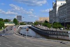 Moskau, Russland - 12. Mai 2018 Der Verkehr auf Damm von Yauza-Fluss Lizenzfreie Stockfotos