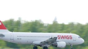 MOSKAU, RUSSLAND am 30. Mai 2017: Die Fläche der Fluggesellschaft Swisses flog heraus weg vom Flughafen domodedovo Und flog zu stock video footage