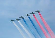 Moskau, Russland - 9. Mai 2015: Eine Gruppe während des Betriebsrauch der Flugzeuge Lizenzfreie Stockfotos