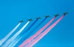 Moskau, Russland - 9. Mai 2015: Eine Gruppe während des Betriebsrauchfarbe der Flugzeuge Lizenzfreie Stockfotos