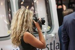 MOSKAU, RUSSLAND - 23. MAI 2015: Frauenphotograph an der 8. internationalen Hubschrauber-Industrie-Ausstellung HeliRussia 2015 Lizenzfreies Stockbild