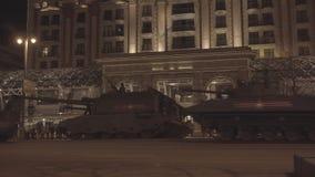 MOSKAU RUSSLAND - 3. MAI: Hauptpanzer bewegen sich in Autokolonne auf Quadrat Tverskaya Zastava während der Nachtwiederholung der stock video