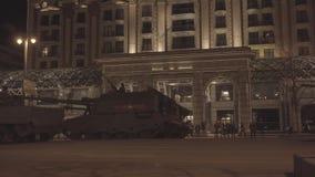 MOSKAU RUSSLAND - 3. MAI: Hauptpanzer bewegen sich in Autokolonne auf Quadrat Tverskaya Zastava während der Nachtwiederholung der stock footage