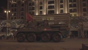 MOSKAU RUSSLAND - 3. MAI: Hauptpanzer bewegen sich in Autokolonne auf Quadrat Tverskaya Zastava während der Nachtwiederholung der stock video footage