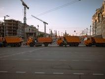 MOSKAU, RUSSLAND - 9. MAI 2016: LKWs blockieren die Straße des kleinen Moskvoretsky Bridg in Erwartung des Grußes Lizenzfreie Stockfotografie