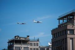 Moskau/Russland - 7. Mai, Luftfahrt an der Paradewiederholung zu Ehren des Sieges im zweiten Weltkrieg stockbild
