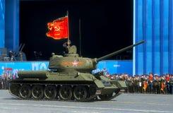 MOSKAU, RUSSLAND - 7. MAI 2015: Mittlerer Behälter T-34-85 während des reh Stockfotos