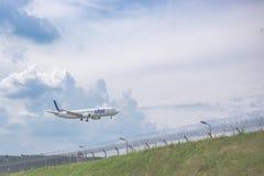 Moskau, Russland - 9. Mai 2019: Nahaufnahme einer Passagierflugzeugfluglinien Utair-Landung am Flughafen gegen auf den Hintergrun stockfotos