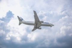 Moskau, Russland - 9. Mai 2019: Nahaufnahme eines Passagierflugzeugs eines Fluglinie Utair-Fliegens gegen auf den Hintergrund ein stockfotografie