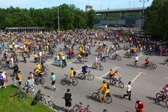 MOSKAU, RUSSLAND - 20. Mai 2002: Radfahrenparade der traditionellen Stadt, Überblick über die Teilnehmer stockfotografie