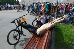 MOSKAU, RUSSLAND - 20. Mai 2002: Radfahrenparade der traditionellen Stadt, Teilnehmer, der vor Anfang streching ist stockfoto