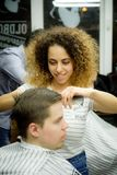 MOSKAU, RUSSLAND - 24. MAI 2018: Russischer Friseur tut einen Haarschnitt zu Lizenzfreie Stockbilder