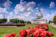MOSKAU, RUSSLAND - 15. Mai 2016: Schöne Landschaft VDNH-Parks mit Blumen, Brunnen und Gebäuden Lizenzfreie Stockbilder