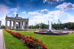MOSKAU, RUSSLAND - 15. Mai 2016: Schöne Landschaft VDNH-Parks mit Blumen und Gebäude Lizenzfreie Stockfotografie