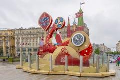 MOSKAU, RUSSLAND - 20. Mai 2018 Uhr auf dem Quadrat in Moskau, welches die Zeit vor dem Weltcup 2018 in Russland betrachtet Lizenzfreies Stockbild