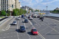Moskau, Russland - 12. Mai 2018 Verkehr auf kleiner Ustyinsky-Brücke Lizenzfreies Stockfoto