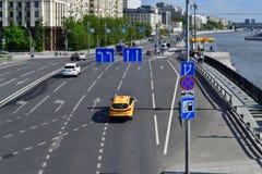 Moskau, Russland - 12. Mai 2018 Verkehr auf kleiner Ustyinsky-Brücke Lizenzfreie Stockbilder