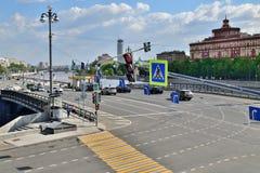 Moskau, Russland - 12. Mai 2018 Verkehr auf kleiner Ustyinsky-Brücke Lizenzfreie Stockfotos