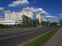 Moskau, Russland - 8. Mai 2018 Verkehr auf Sosnovaya-Gasse in Zelenograd Lizenzfreies Stockbild