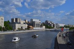 Moskau, Russland - 12. Mai 2018 Verschiedene Schiffe auf Moskva-Fluss Lizenzfreies Stockbild