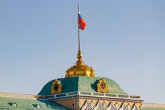 Moskau, Russland - 1. Mai 2019: Wellenartig bewegende Flagge der Russischen Föderation auf dem Dach großartigen der Kreml-Palaste stockfotografie