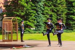 Moskau, Russland - 27. Mai 2018: Zeremonie des ändernden Schutzes der Ehre an der ewigen Flamme in Alexander-Garten nahe Moskau d stockbild
