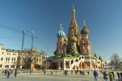 Moskau/Russland - 04 2019: Moskaus rotes Quadrat, die Kathedrale St.-Basilikums und gehende Touristen stockfotografie