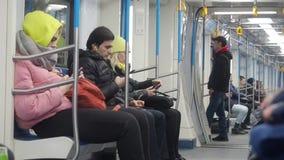 MOSKAU, RUSSLAND - 21. NOVEMBER 2019: Bewegung des U-Bahn-Zuges Menschen in warmen Kleidungsstücken im Untergrund stock footage