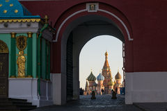 MOSKAU, RUSSLAND - 2015, am 6. November: Eine Ansicht der Kathedrale St.-Basilikums durch den Bogen des Auferstehungstors Stockbild