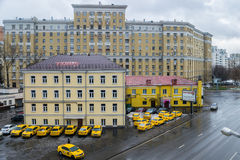 MOSKAU, RUSSLAND - 27. NOVEMBER 2016: Gelbes Taxiautoparken Stockfotografie
