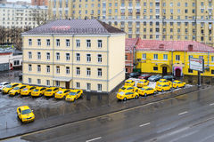 MOSKAU, RUSSLAND - 27. NOVEMBER 2016: Gelbes Taxiautoparken Stockfotos
