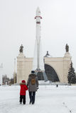 MOSKAU, RUSSLAND - 15. November 2016: Mutter- und Tochterweg zu V Lizenzfreie Stockfotografie