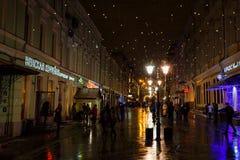 MOSKAU, RUSSLAND - 4. NOVEMBER 2016: Nachtstadtbild, Weihnachtsdekoration, gehende Leute, Straßenlaterne und Schnee stockfotografie