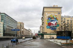MOSKAU, RUSSLAND - 27. NOVEMBER 2016: Straße graffity, das Volkswagen-Transportermehrzweckfahrzeugaufschrift darstellt, ist ` die Stockfotografie