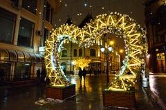 MOSKAU, RUSSLAND - 4. NOVEMBER 2016: Straßendekoration mit Weihnachtslichtern und belichteten Bäumen in der Winternacht Stockfotos