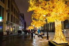MOSKAU, RUSSLAND - 4. NOVEMBER 2016: Straßendekoration mit Weihnachtslichtern und belichteten Bäumen in der Winternacht Stockbilder