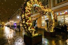 MOSKAU, RUSSLAND - 4. NOVEMBER 2016: Weihnachts- und des neuen Jahresstraßendekoration, gehende Leute, Straßenlaterne und Schnee stockfoto