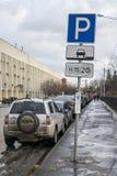 MOSKAU, RUSSLAND - 27. NOVEMBER 2016: Zahlendes Parken in der Straße Lizenzfreies Stockfoto