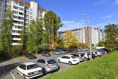 MOSKAU, RUSSLAND - 19 09 2015 oberirdischer Parkplatz zu Zelenograd im Herbst Lizenzfreie Stockbilder