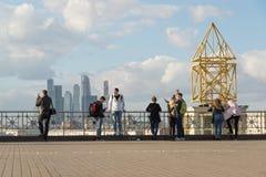 Moskau, Russland - 1. Oktober 2016 Leute auf Aussichtsplattform auf Hintergrund von Wolkenkratzern von Moskau-Stadt Lizenzfreie Stockfotos