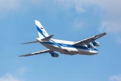 Moskau, Russland - 31. Oktober sowjetisches Transportflugzeug Antonow An124 Stockfotografie