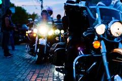 MOSKAU, RUSSLAND - 6. OKTOBER 2013: Stoppte das Fahrrad mit einem beleuchteten Scheinwerfer Stockfoto