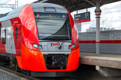 Moskau, Russland 1. Oktober 2016 Zug-Schwalbe kommt zu Zentralring Station Shelepiha Moskau Stockfoto