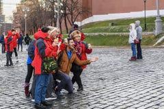 Moskau, Russland Rotes Quadrat Aufstellung von lustigen Touristen und von Reisenden für ein Foto mit einer köstlichen Eiscreme zu lizenzfreie stockfotografie