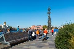 Moskau, Russland - 24. September 2017 Ansicht des Monuments zu Peter der Große mit Yakimanskaya-Damm Lizenzfreie Stockfotos